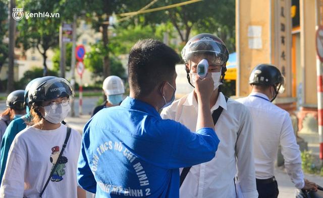 Ảnh: Lập chốt tại các làng ở quận Nam Từ Liêm, người dân ra ngoài không cần thiết sẽ bị xử phạt  - Ảnh 3.
