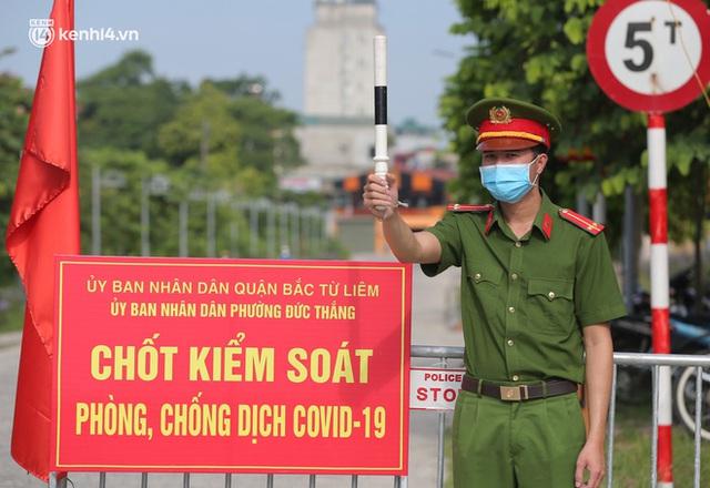 Ảnh: Phòng chống dịch Covid-19, một phường ở Hà Nội phát phiếu ra đường cho người dân 1 lần 1 ngày - Ảnh 3.