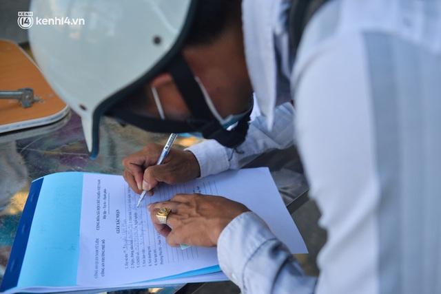 Ảnh: Lập chốt tại các làng ở quận Nam Từ Liêm, người dân ra ngoài không cần thiết sẽ bị xử phạt  - Ảnh 22.