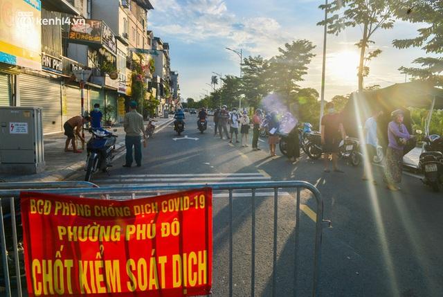 Ảnh: Lập chốt tại các làng ở quận Nam Từ Liêm, người dân ra ngoài không cần thiết sẽ bị xử phạt  - Ảnh 23.