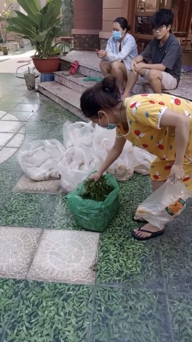 Cô chủ sộp nhất Sài Gòn mùa dịch: Giảm 50% tiền nhà, phát gạo miễn phí, cứ 3 ngày lại tặng 1 con gà và rau củ cho người thuê trọ - Ảnh 4.