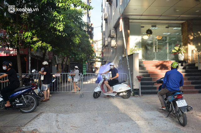Ảnh: Lập chốt tại các làng ở quận Nam Từ Liêm, người dân ra ngoài không cần thiết sẽ bị xử phạt  - Ảnh 5.