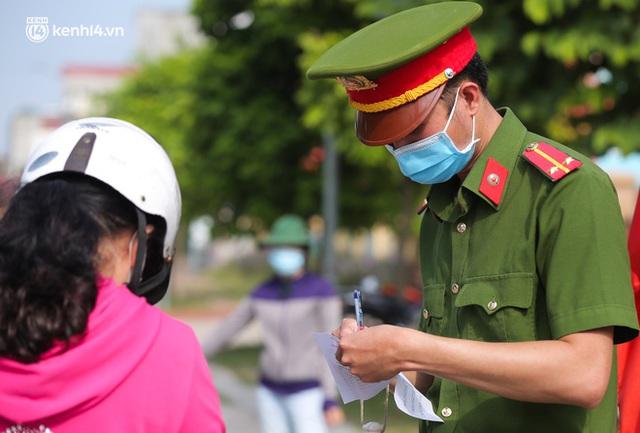 Ảnh: Phòng chống dịch Covid-19, một phường ở Hà Nội phát phiếu ra đường cho người dân 1 lần 1 ngày - Ảnh 5.