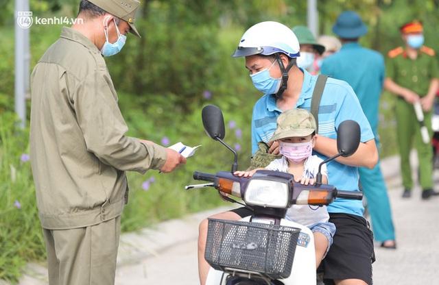 Ảnh: Phòng chống dịch Covid-19, một phường ở Hà Nội phát phiếu ra đường cho người dân 1 lần 1 ngày - Ảnh 6.