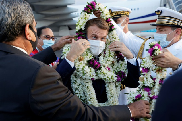 Sự thật về khoảnh khắc Tổng thống Pháp thành cây hoa di động, vẻ mặt gượng cười đang gây bão MXH - Ảnh 4.