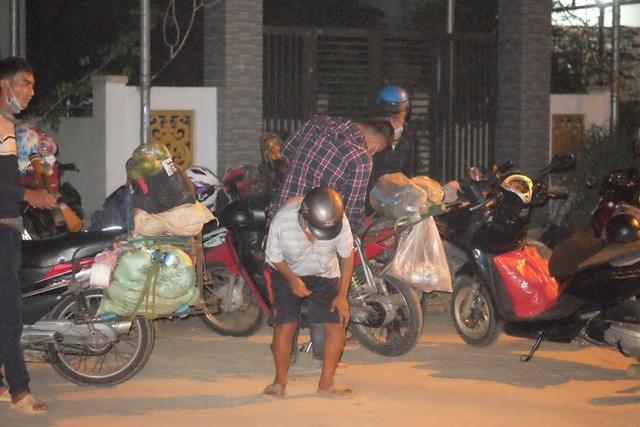 Clip: Xuyên đêm sửa xe miễn phí cho đoàn người từ miền Nam về quê bằng xe máy  - Ảnh 9.
