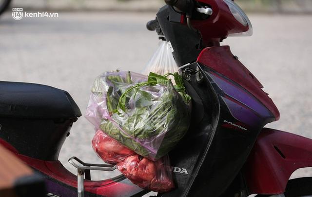 Ảnh: Phòng chống dịch Covid-19, một phường ở Hà Nội phát phiếu ra đường cho người dân 1 lần 1 ngày - Ảnh 10.