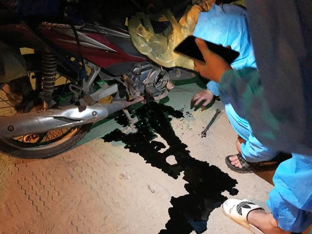 Clip: Xuyên đêm sửa xe miễn phí cho đoàn người từ miền Nam về quê bằng xe máy  - Ảnh 11.