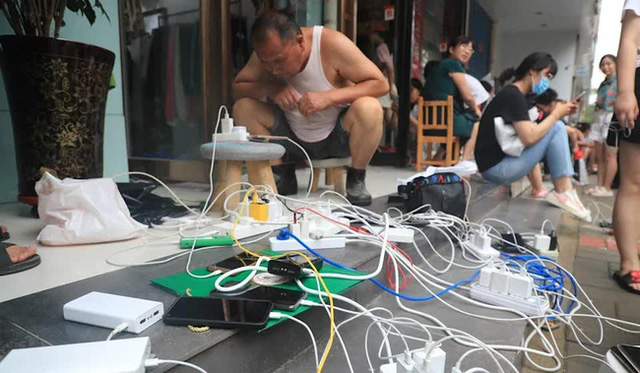 """Trận lũ kinh hoàng ở Trịnh Châu: Cả thành phố bước vào """"thời đại đen tối của kỹ thuật số sau thảm họa khi mất điện và Internet - Ảnh 3."""