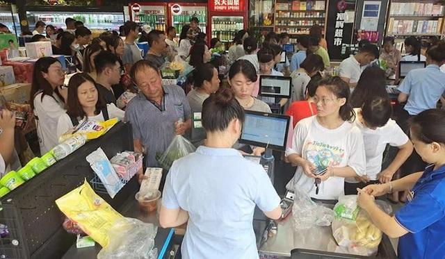 """Trận lũ kinh hoàng ở Trịnh Châu: Cả thành phố bước vào """"thời đại đen tối của kỹ thuật số sau thảm họa khi mất điện và Internet - Ảnh 2."""