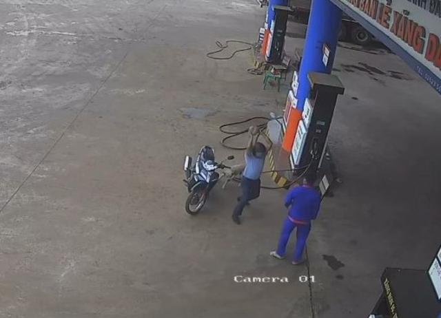 Bị nhắc nhở đeo khẩu trang, nguyên PCT huyện Krông Pắk lao vào đánh nhân viên cây xăng  - Ảnh 1.