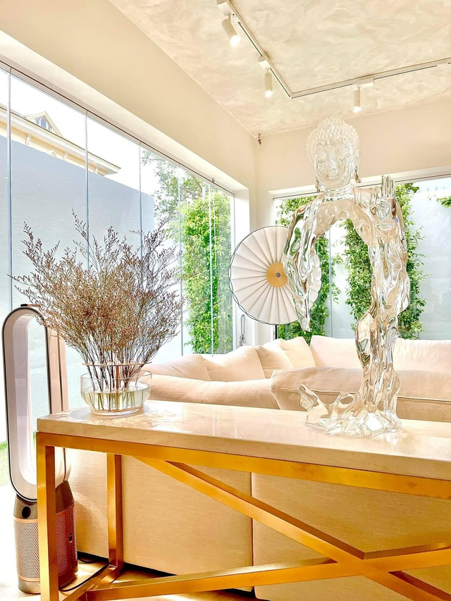 Hồ Ngọc Hà khoe biệt thự mới 30 tỷ đồng: Nội thất căn bếp hàng trăm triệu đồng, góc nào trong nhà cũng xịn như studio - Ảnh 2.