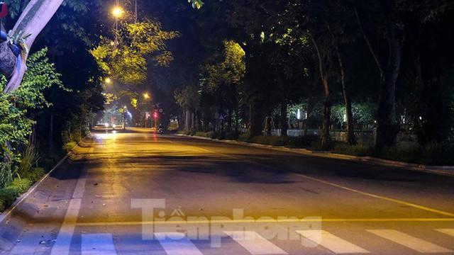 Phố đêm Hà Nội đẹp như tranh tĩnh vật khi cách ly xã hội  - Ảnh 14.