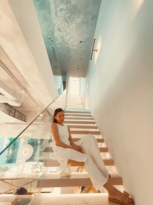 Hồ Ngọc Hà khoe biệt thự mới 30 tỷ đồng: Nội thất căn bếp hàng trăm triệu đồng, góc nào trong nhà cũng xịn như studio - Ảnh 4.