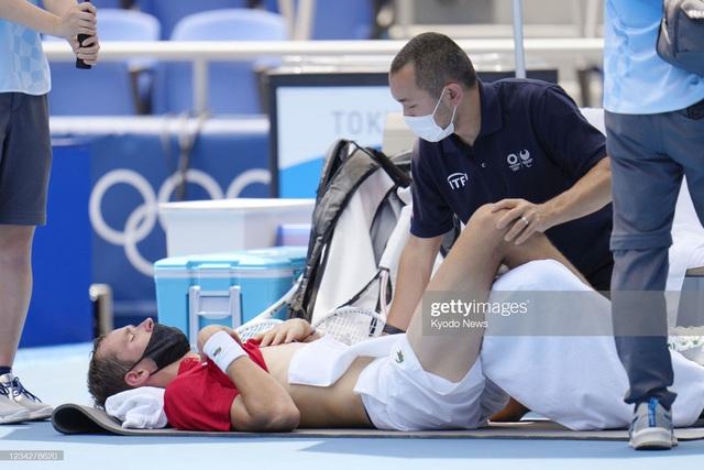 VĐV tennis Olympic Tokyo 2020: Sợ chết, rời sân bằng xe lăn, tự ví mình với zombie - Ảnh 6.
