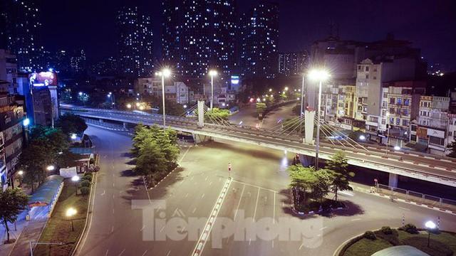 Phố đêm Hà Nội đẹp như tranh tĩnh vật khi cách ly xã hội  - Ảnh 9.