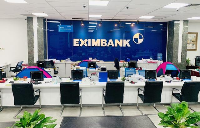 Nhiều ngân hàng tại Tp. Hồ Chí Minh thực hiện 3 tại chỗ - Ảnh 2.