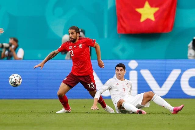 Sau trận đấu Tây Ban Nha - Thụy Sĩ, từ khoá Việt Nam cùng cờ đỏ sao vàng được cộng đồng quốc tế tìm kiếm chóng mặt trên Google - Ảnh 2.