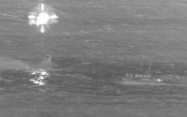 Máy bay Boeing 737 rơi xuống biển, 2 phi công sống sót thần kỳ - Ảnh 1.