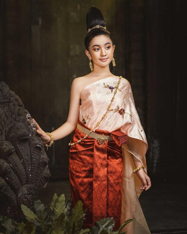Viên ngọc quý của Hoàng gia Campuchia: Tiểu công chúa với vẻ đẹp lai cực phẩm dù mới 10 tuổi, soi thành tích chỉ biết xuýt xoa quốc bảo - Ảnh 2.