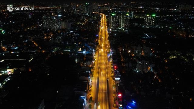 Ảnh: Đêm Hà Nội vắng hơn Tết, đường phố không một bóng người trong những ngày giãn cách xã hội - Ảnh 1.
