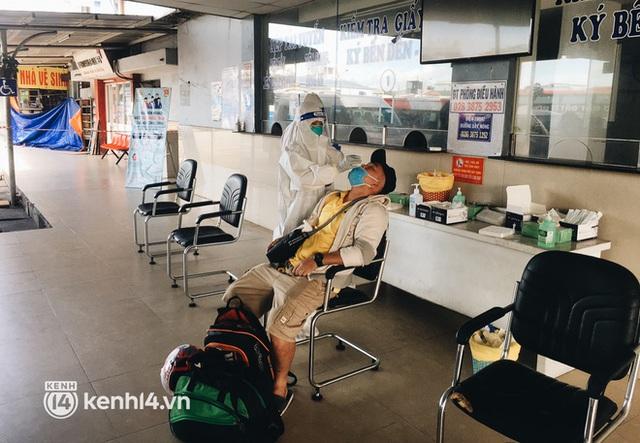 Hơn 300 người dân Bến Tre rời TP.HCM về quê trên chuyến xe đặc biệt: Được quê hương che chở sẽ an tâm hơn - Ảnh 2.