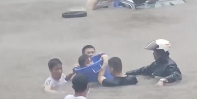 Con thuyền Noah: Hình ảnh gây xúc động khi 11 thanh niên lao vào dòng nước xiết giải cứu 3 nạn nhân mắc kẹt trong chiếc xe bị ngập - Ảnh 1.