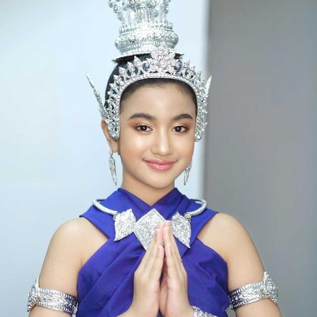 Viên ngọc quý của Hoàng gia Campuchia: Tiểu công chúa với vẻ đẹp lai cực phẩm dù mới 10 tuổi, soi thành tích chỉ biết xuýt xoa quốc bảo - Ảnh 12.