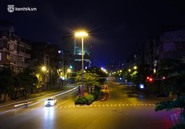Ảnh: Đêm Hà Nội vắng hơn Tết, đường phố không một bóng người trong những ngày giãn cách xã hội - Ảnh 18.