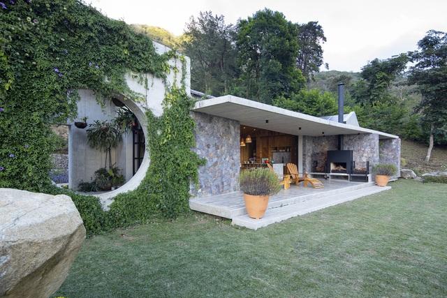 Ngôi nhà nằm giữa núi đồi, dùng điện mặt trời và uống nước suối - Ảnh 3.