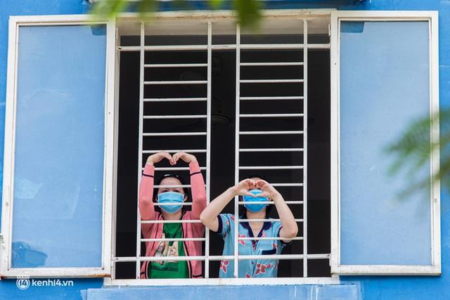 Sân khấu đặc biệt: Nơi ca sĩ Phương Thanh và các nghệ sĩ biểu diễn cho 4.000 F0 tại bệnh viện dã chiến - Ảnh 21.