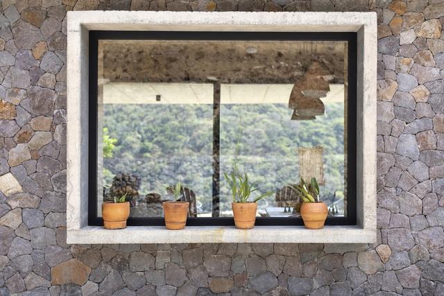 Ngôi nhà nằm giữa núi đồi, dùng điện mặt trời và uống nước suối - Ảnh 4.