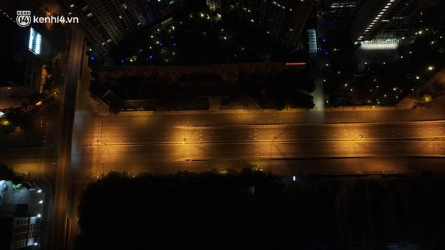 Ảnh: Đêm Hà Nội vắng hơn Tết, đường phố không một bóng người trong những ngày giãn cách xã hội - Ảnh 4.