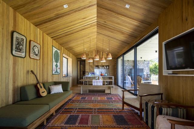 Ngôi nhà nằm giữa núi đồi, dùng điện mặt trời và uống nước suối - Ảnh 5.
