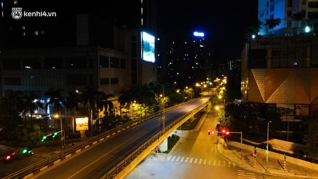 Ảnh: Đêm Hà Nội vắng hơn Tết, đường phố không một bóng người trong những ngày giãn cách xã hội - Ảnh 5.