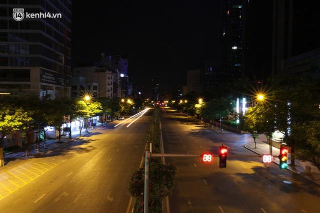 Ảnh: Đêm Hà Nội vắng hơn Tết, đường phố không một bóng người trong những ngày giãn cách xã hội - Ảnh 6.