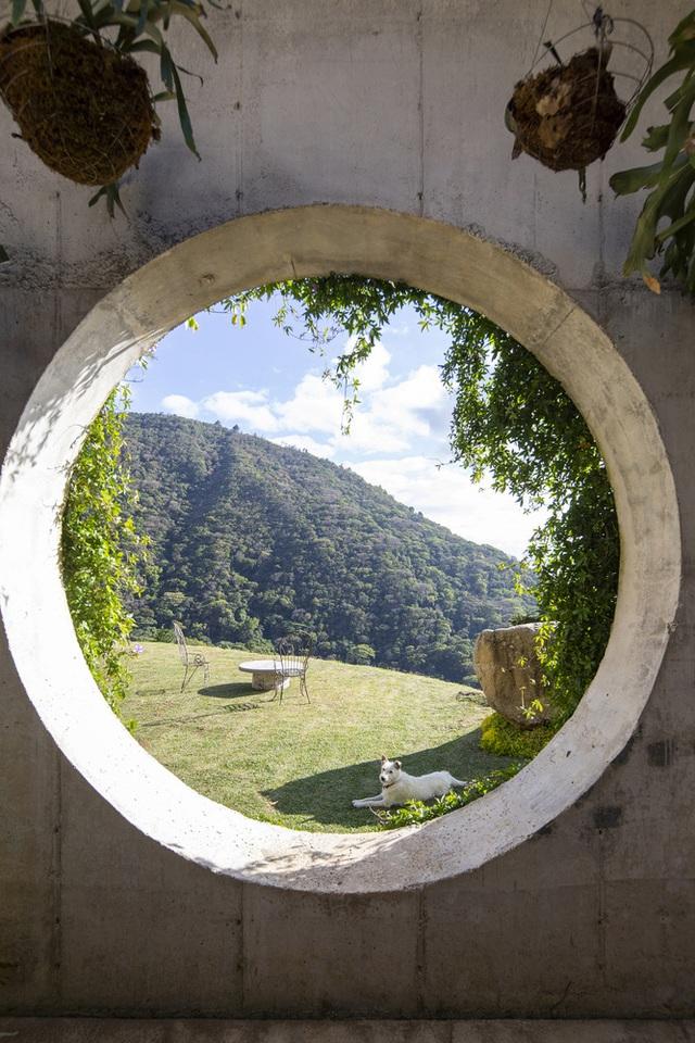 Ngôi nhà nằm giữa núi đồi, dùng điện mặt trời và uống nước suối - Ảnh 7.