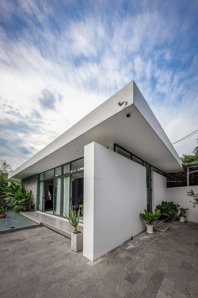 Ngôi nhà cấp 4 đẹp, được thiết kế như bungalow trong resort: Gia chủ tận hưởng không gian xanh, thư giãn ngay lại nhà mà không cần đi du lịch - Ảnh 1.