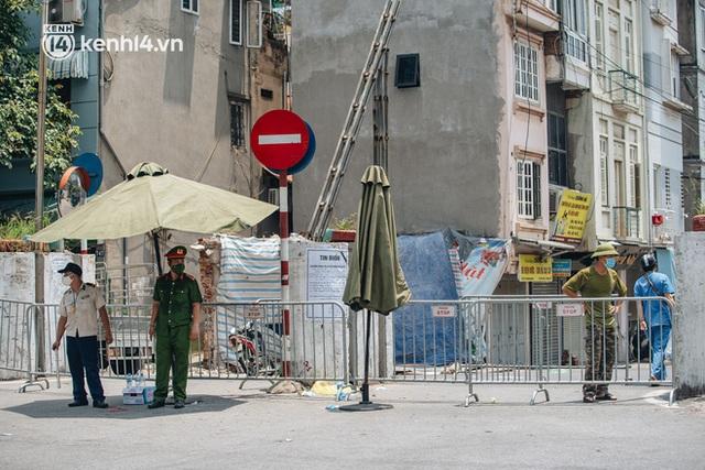 Ảnh, clip: Cận cảnh các chốt phong tỏa tại phường Chương Dương với 23.000 dân, người thân đội nắng tiếp tế nhu yếu phẩm - Ảnh 1.