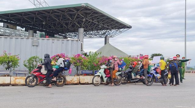 Đặt thùng tiền tặng người đi xe máy trốn dịch về quê: Nặng lòng với bà con quá, mong họ sẽ vượt qua! - Ảnh 1.