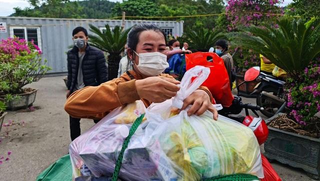 Đặt thùng tiền tặng người đi xe máy trốn dịch về quê: Nặng lòng với bà con quá, mong họ sẽ vượt qua! - Ảnh 2.