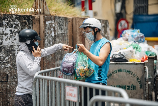 Ảnh, clip: Cận cảnh các chốt phong tỏa tại phường Chương Dương với 23.000 dân, người thân đội nắng tiếp tế nhu yếu phẩm - Ảnh 11.