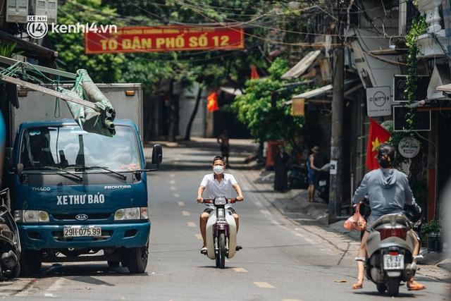 Ảnh, clip: Cận cảnh các chốt phong tỏa tại phường Chương Dương với 23.000 dân, người thân đội nắng tiếp tế nhu yếu phẩm - Ảnh 13.