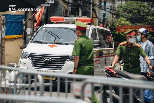 Ảnh, clip: Cận cảnh các chốt phong tỏa tại phường Chương Dương với 23.000 dân, người thân đội nắng tiếp tế nhu yếu phẩm - Ảnh 14.