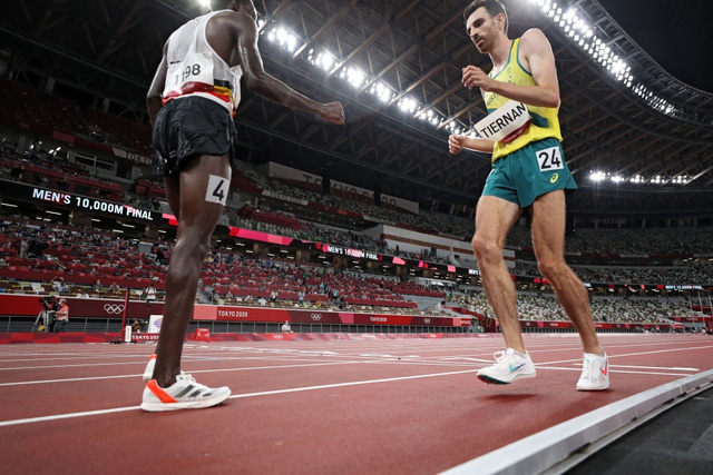 Xúc động khoảnh khắc VĐV đổ gục vì kiệt sức vẫn cố gắng gượng dậy hoàn tất phần thi tại Olympic Tokyo - Ảnh 3.