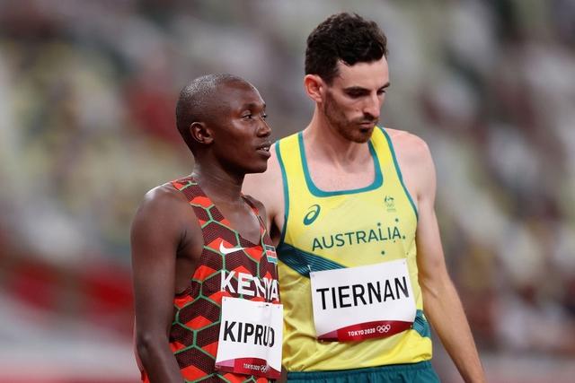 Xúc động khoảnh khắc VĐV đổ gục vì kiệt sức vẫn cố gắng gượng dậy hoàn tất phần thi tại Olympic Tokyo - Ảnh 4.