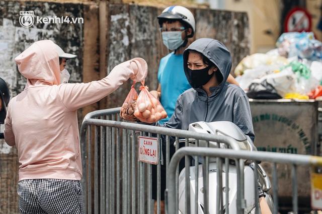Ảnh, clip: Cận cảnh các chốt phong tỏa tại phường Chương Dương với 23.000 dân, người thân đội nắng tiếp tế nhu yếu phẩm - Ảnh 7.