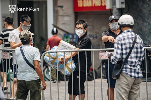 Ảnh, clip: Cận cảnh các chốt phong tỏa tại phường Chương Dương với 23.000 dân, người thân đội nắng tiếp tế nhu yếu phẩm - Ảnh 8.