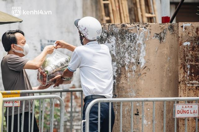 Ảnh, clip: Cận cảnh các chốt phong tỏa tại phường Chương Dương với 23.000 dân, người thân đội nắng tiếp tế nhu yếu phẩm - Ảnh 9.