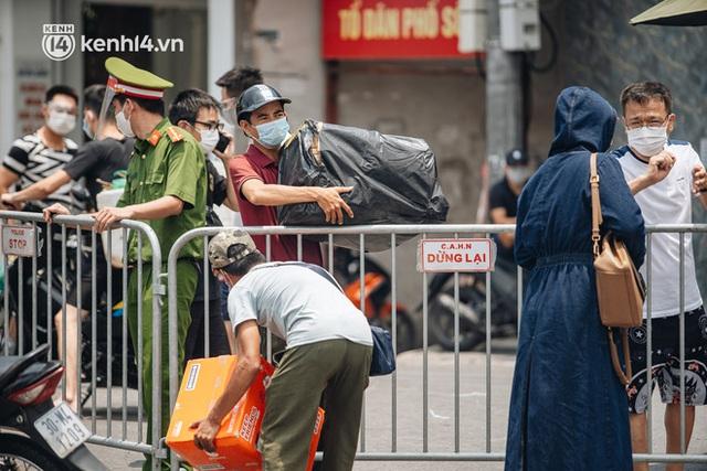 Ảnh, clip: Cận cảnh các chốt phong tỏa tại phường Chương Dương với 23.000 dân, người thân đội nắng tiếp tế nhu yếu phẩm - Ảnh 10.